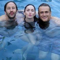 Megan Fox de divierte en la piscina del set de su película Esto es 40
