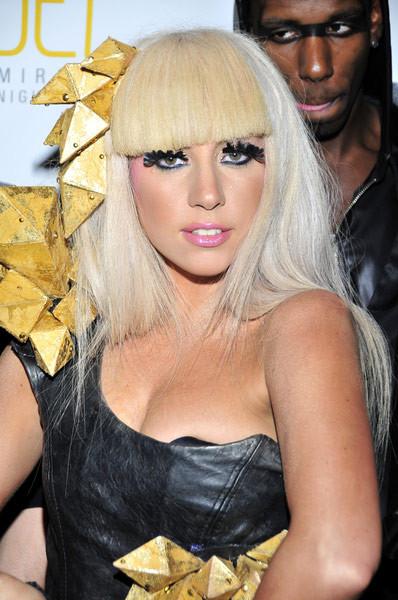 Lady GaGa impacta con un nuevo y llamativo atuendo