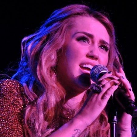 Miley Cyrus cantó en el evento realizado por Trevor's Project (Fotos)