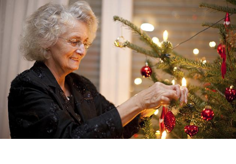Abuelita adorna por error su árbol de navidad con ropa interior