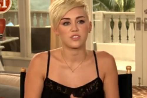 Miley Cyrus se quitó su anillo de compromiso al filmar besos con Angus T. Jones