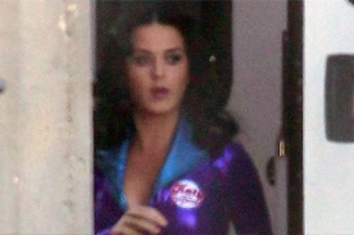 Fotos: Katy Perry causa furor al lucir sus curvas con ajustado traje morado