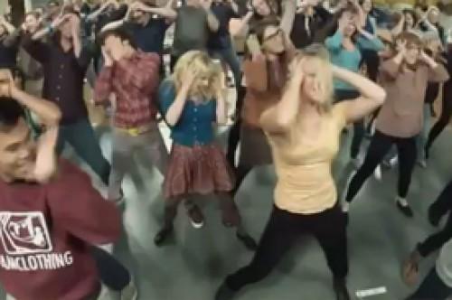 Elenco de The Big Bang Theory sorprende con Flashmob 'Call Me Maybe' (Video)