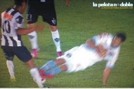 Video: Ronaldinho se salva de patada asesina - Copa Libertadores 2013