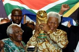 Muerte de Nelson Mandela: El día que levantó la Copa del Mundo de la FIFA