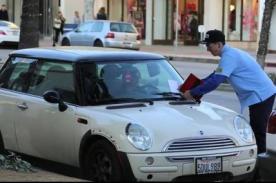 Policía multa a conductores y les da inesperada sorpresa - VIDEO