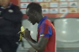 Fútbol Francés: Jugador celebró gol comiendo un plátano y recibió amarilla - VIDEO