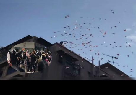Millonario celebra navidad dejando caer miles de dólares sobre un barrio pobre