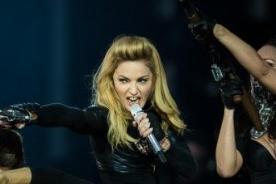 Fanático provoca fuerte caída de Madonna sobre el escenario - Video