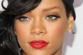 Rihanna muestra sus senos durante desfile 'Balmain' en París