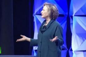 Hillary Clinton es agredida con un zapato durante discurso de reciclaje - VIDEO