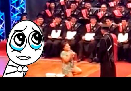 Joven le pide matrimonio a su novio en plena ceremonia de graduación