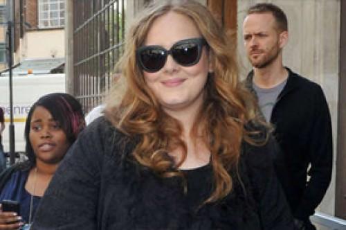 Adele invita a Robbie Williams a una cacería de fantasmas en su mansión