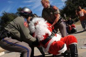Felices Fiestas: Papá Noel es detenido por escribir deseos de los niños