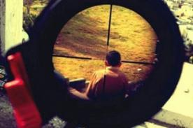 Militar causa polémica por subir foto de niño en el blanco de un rifle
