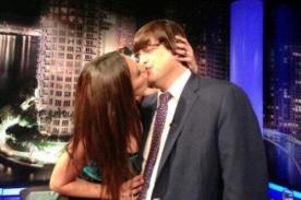 Conejita Playboy le robó un beso a Jaime Bayly delante de su novia