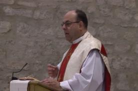 Párroco expone discurso machista y desata la ira de los fieles - VIDEO