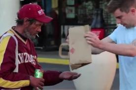 Mago utiliza la magia para dar de comer a hombres sin hogar [Video]