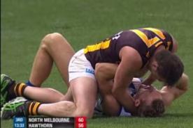 Fútbol Australiano: Jugador intenta morder y estrangular a rival - Video