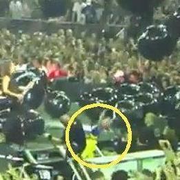 Kirk Hammet de Metallica pateó accidentalmente a una niña durante un concierto