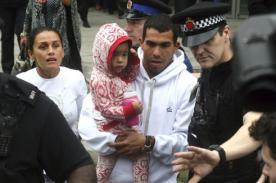 Carlos Tévez llegó a Manchester con fuertes medidas de seguridad