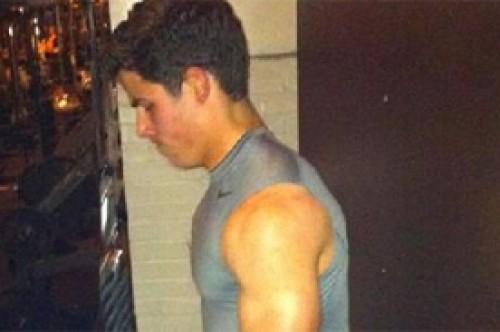 Foto de Nick Jonas sexy y ejercitándose en el gimnasio causa furor