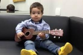 Video de Diogo Mello bebé que canta y toca la guitarra