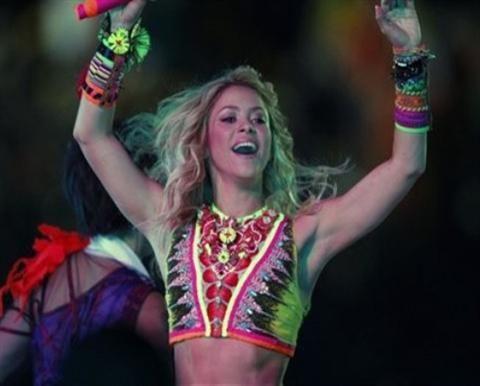 Shakira interpreta Nothing Else Matters de Metallica en su nueva gira mundial