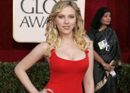 Foto: Scarlett Johansson luce sus curvas en bikini con nuevo novio