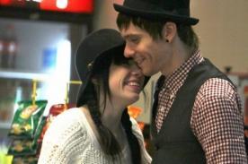 Carly Rae Jepsen y su novio fueron captados en aeropuerto de Las Bahamas