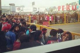 Hinchas esperan a la selección de vóley en el aeropuerto Jorge Chávez