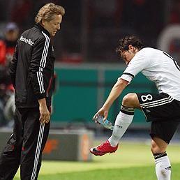 Selección de Alemania : Mesut Ozil se retiró de  los entrenamientos por lesión
