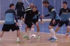 Iniesta muestra su magistral técnica en comercial - Video