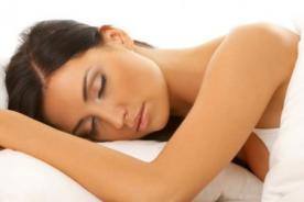 Dormir unas horas de más ayuda a mantener el peso ideal
