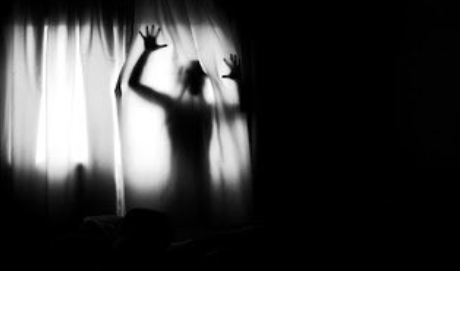 Esta es la aterradora razón por las que no debes tomar fotos en la oscuridad (VIDEO)