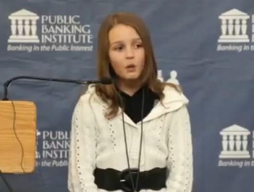 Video: Niña sorprende con increíble discurso de cómo roban los bancos