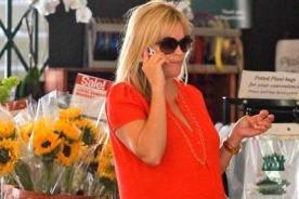 Reese Witherspoon luce pancita de embarazada en vestido rojo