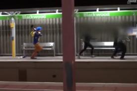 Broma de payaso 'asesino' causa pánico en calles de EEUU - Video