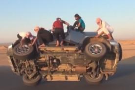 Mira como estos árabes cambian las llantas de un auto en el aire
