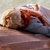 Dakota Fanning y Jeremy Irvine filman íntima escena en la playa