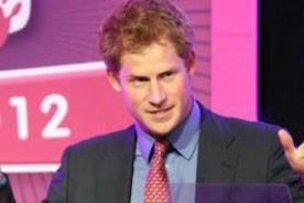 Príncipe Harry bromea sobre sus fotografías desnudo en Las Vegas