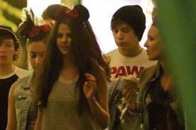 Selena Gomez y Austin Mahone pasearon por Disneyland - Fotos