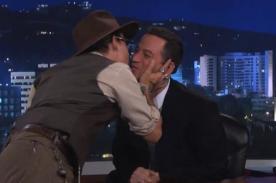Johnny Depp besó en los labios a presentador - Video
