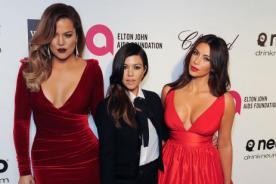 Kim y Khloe Kardashian, de rojo en la fiesta post Oscar de Elton Jhon