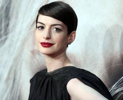 Anne Hathaway se niega dar la mano a periodista por miedo a contagiarse de ébola
