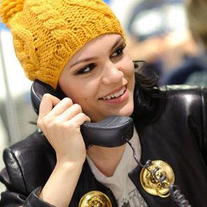 Jessie J participó de una subasta de caridad como operadora
