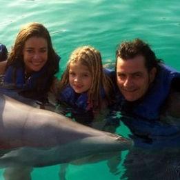 Charlie Sheen tuvo alegre reencuentro familiar entre delfines