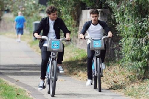 Louis Tomlinson y Liam Payne dieron un apacible paseo en bicicleta (Fotos)