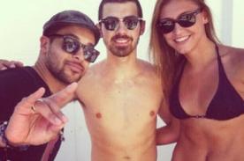 Joe Jonas luce sexys abdominales como su hermano Nick