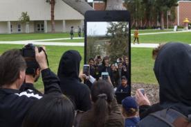 EE.UU.: Smartphone gigante aparece en universidad y causa sensación - FOTOS